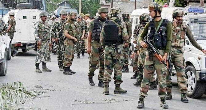 कश्मीर के काजीगुंड में सेना के काफिले पर आतंकी हमला, 1 जवान शहीद, 4 जख्मी
