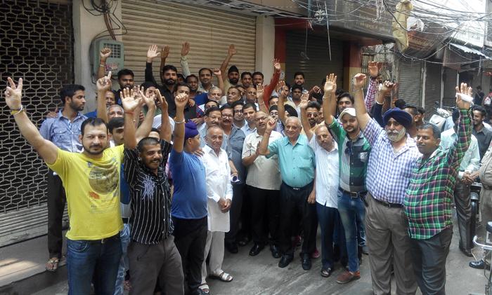 राजस्थान में कपड़ा व्यापारियों का GST के खिलाफ बंद जारी