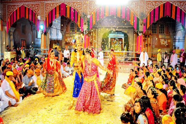 आराध्य गोविंददेव के दरबार में भक्ति रस में भीग रहे श्रद्धालु