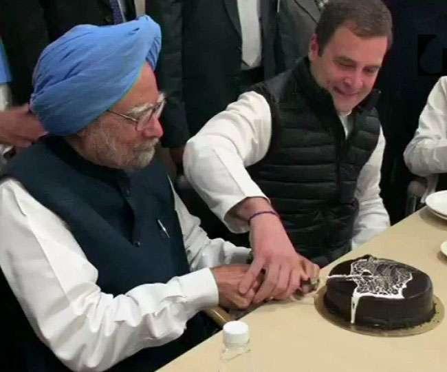 कांग्रेस ने मनाया 134वां स्थापना दिवस, राहुल ने मनमोहन सिंह के साथ काटा केक