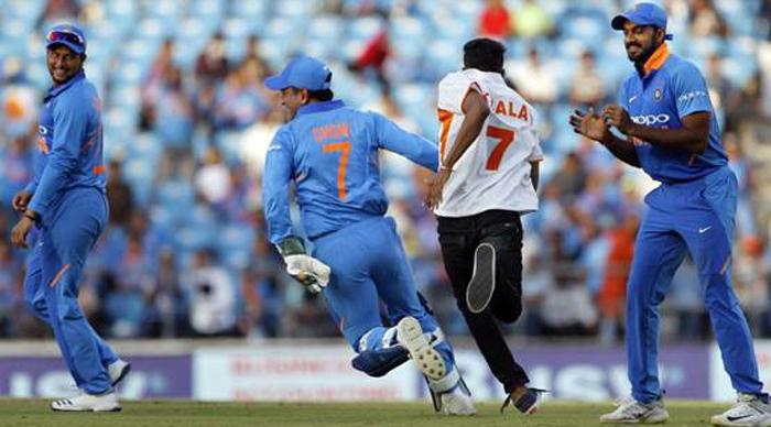 भारत-ऑस्ट्रेलिया दूसरे मैच के दौरान ये लड़का धोनी के पीछे भागने लगा, और फिर...