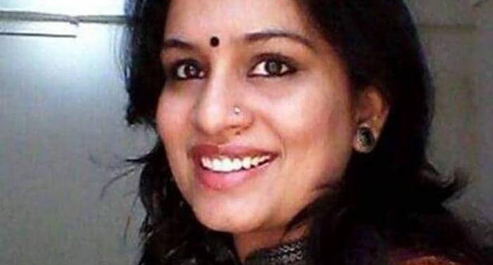 नोटों से गाँधी की फोटो हटाने का Tweet कर सुर्ख़ियों में आई ये IAS महिला